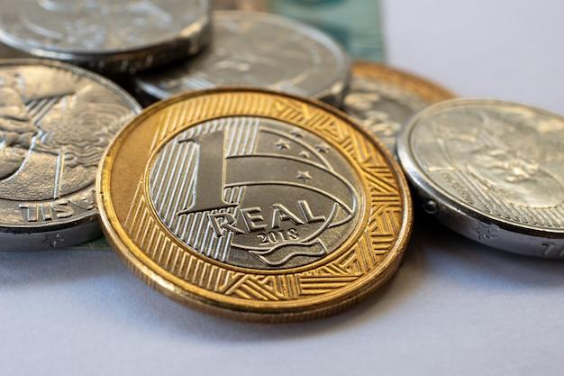 Concept de contrôle financier avec argent brésilien, pièces de monnaie.