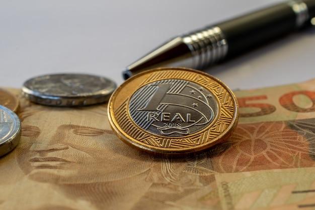 Concept de contrôle financier, avec calendrier, stylo et argent brésilien.