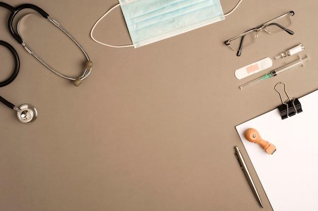 Concept coronavirus avec instruments médicaux, matériel de protection, vue de dessus