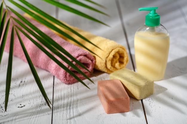 Concept cosmétique naturel avec feuille verte sur blanc