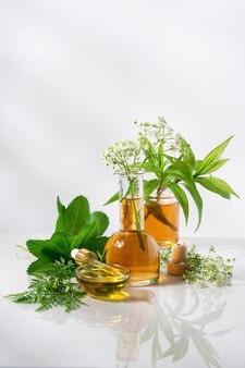 Concept de cosmétiques naturels à base de plantes solution d'essence d'arôme de fleur