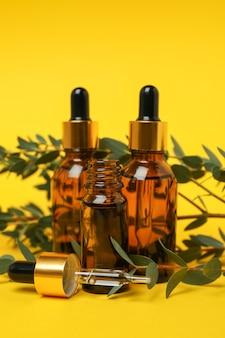 Concept de cosmétiques naturels à l'huile d'eucalyptus sur fond jaune