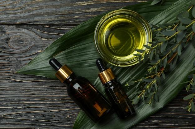 Concept de cosmétiques naturels à l'huile d'eucalyptus sur table en bois