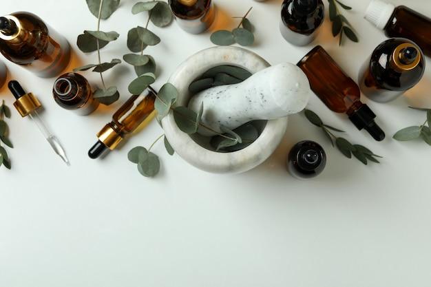 Concept de cosmétiques naturels à l'huile d'eucalyptus sur tableau blanc