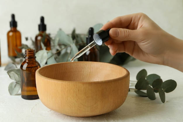 Concept de cosmétiques naturels avec une main féminine dégoulinant d'huile d'eucalyptus