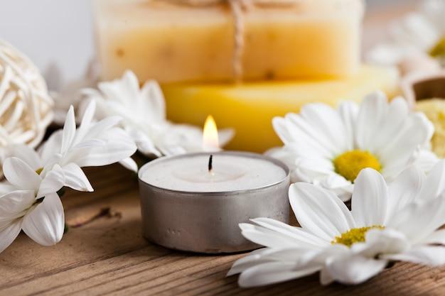 Concept de cosmétiques naturels: savon aux pâquerettes