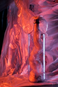 Concept de couleur de sac en plastique avec bouteille