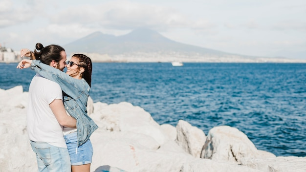 Concept de couple et d'été sur les rochers au bord de la mer