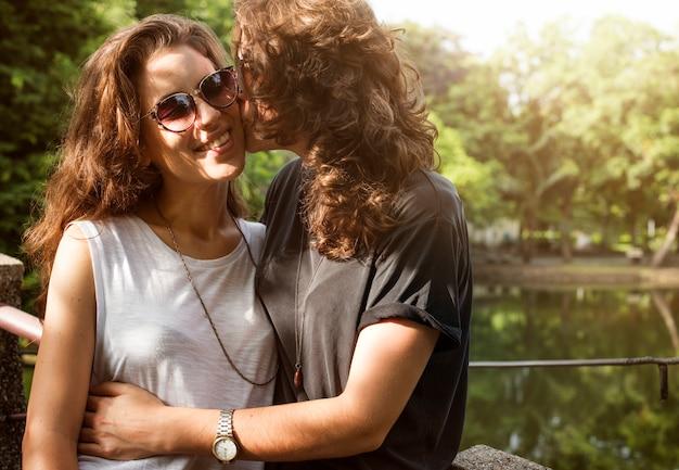 Concept de couple lesbien ensemble à l'extérieur
