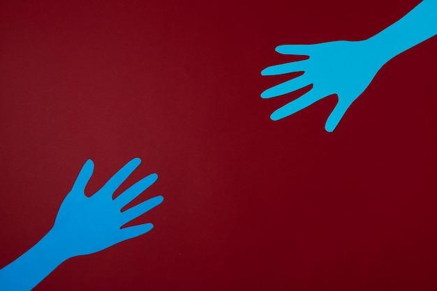 Concept de covid avec les mains et fond rouge