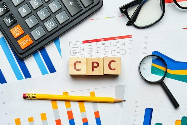 Concept de cpc sur des graphiques et des rapports papier.