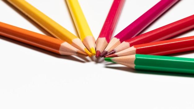 Concept de crayons colorés avec espace copie