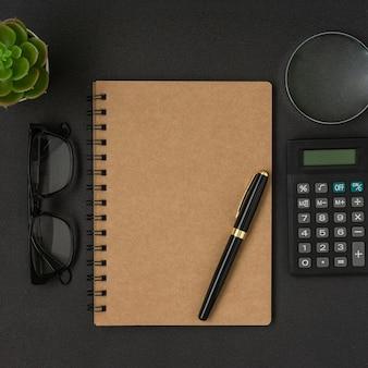 Concept créatif d & # 39; affaires et de finances sur fond noir