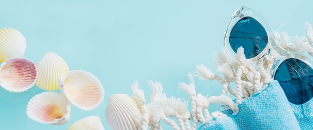 Concept créatif de l'été. style minimal avec des lunettes transparentes