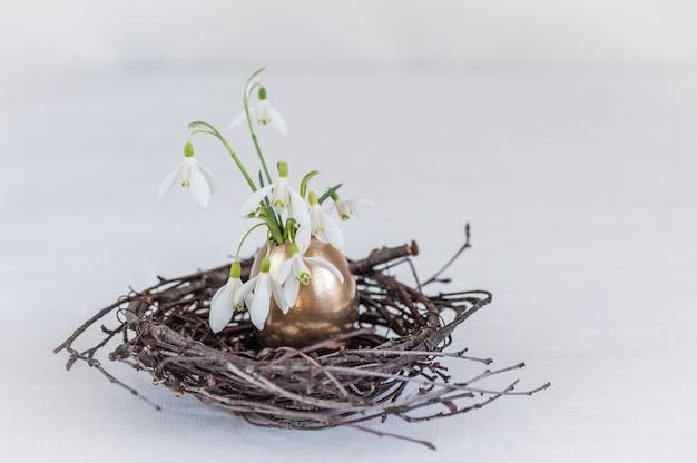 Concept créatif fait avec des fleurs de perce-neige