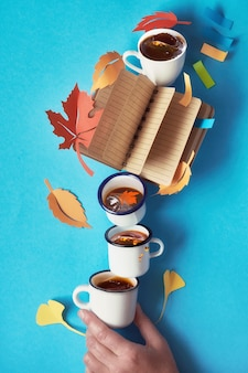 Concept créatif sur la préparation de plans pour l'automne avec cahier, café et feuilles d'automne
