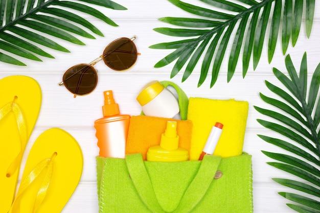 Concept créatif de vacances à la plage d'été pour le visage et le corps produits de soins cosmétiques pour la peau