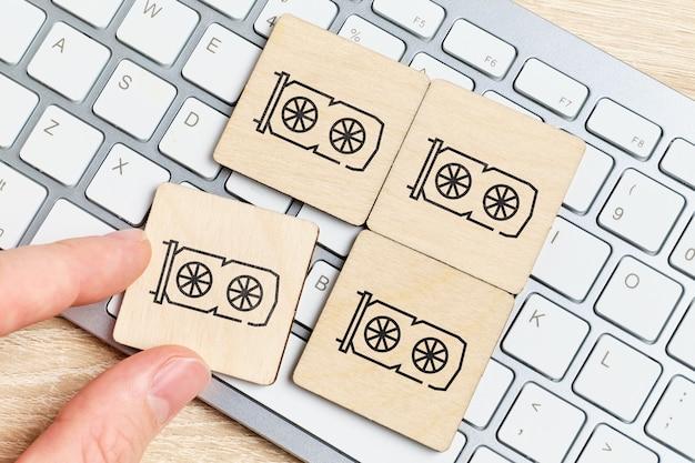 Le concept de création d'une ferme à partir de cartes vidéo pour l'extraction de crypto-monnaie sur des plaques de bois et un clavier.