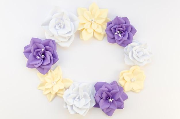 Concept de créativité avec cadre floral circulaire
