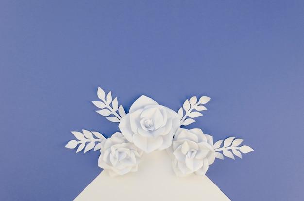 Concept de créativité avec des fleurs en papier blanc