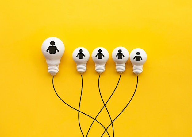 Concept de créativité et de leadership d'entreprise avec ampoule sur fond jaune