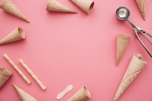 Concept de crème glacée avec cônes et copyspace au milieu