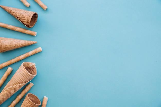 Concept de crème glacée avec cônes et surface à droite