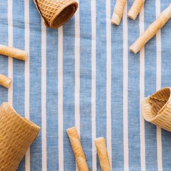 Concept de crème glacée sur tissu avec fond