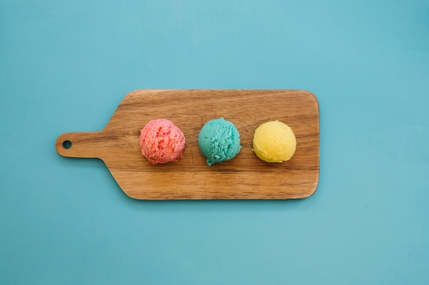 Concept de crème glacée avec trois boules