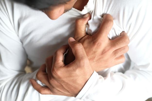 Le concept de crise cardiaque, jeune homme souffrant de douleurs cardiaques