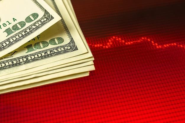 Concept de crise de dévaluation du dollar américain avec fond de graphique boursier rouge, photo de l'espace de copie