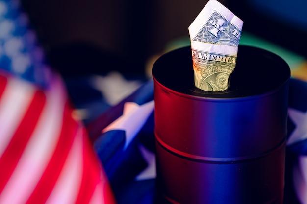 Concept de crise de l'industrie pétrolière. baril de pétrole avec dollar américain
