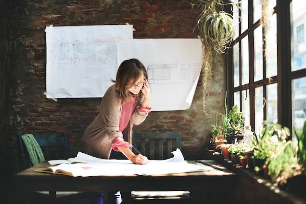 Concept de croquis de planification de travail de femme d'affaires