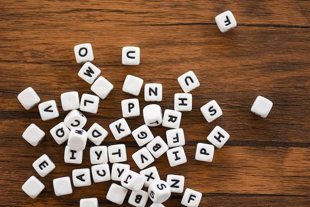 Concept de cube texte dés - alphabet dés de lettre sur fond en bois