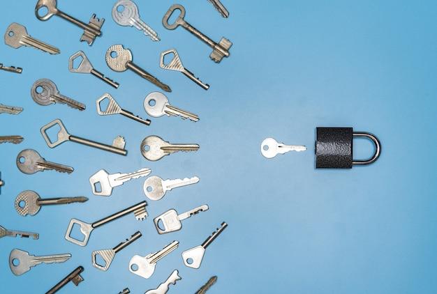 Concept de cueillette de clés, serrure et différentes clés anciennes et nouvelles, fond bleu