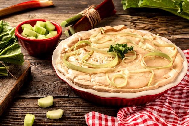 Concept de cuisine anglaise. gâteau à la rhubarbe maison avec meringue
