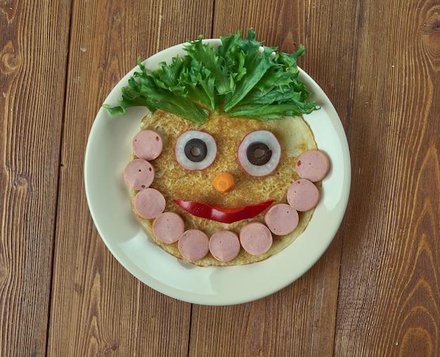 Concept de cuisine créative - homme barbu fait de crêpes, saucisses et légumes. menu pour enfants