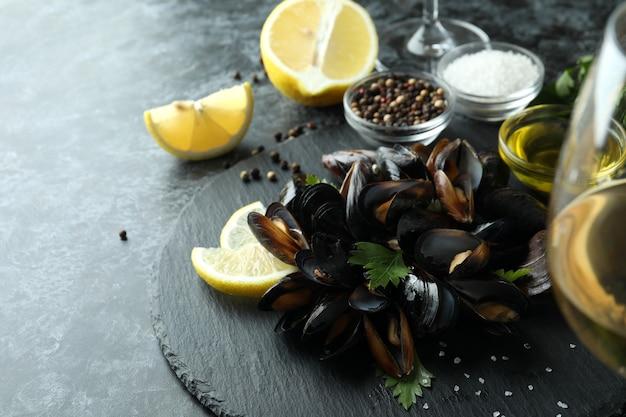 Concept de cuisine délicieuse avec des moules sur une table smokey noire