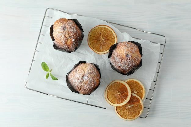 Concept de cuisine délicieuse avec des muffins au chocolat sur une table en bois blanc.