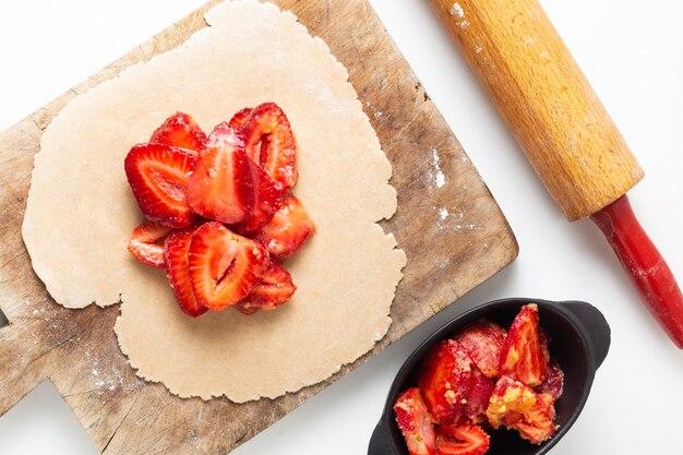 Concept de cuisine d'été cuisine maison bio classique rustique tarte aux galettes aux fraises avec copie espace