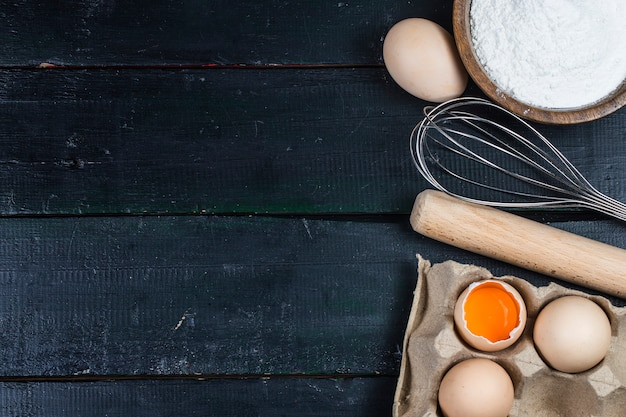 Concept de cuisine gros plan des ingrédients de base et des ustensiles de cuisine