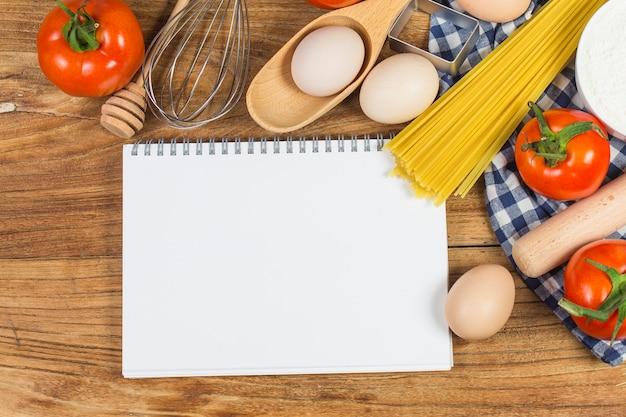 Concept de cuisine. ingrédients de cuisson essentiels et outils de cuisine proches