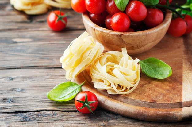 Concept de cuisine italienne au basilic, pâtes et tomates