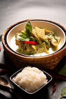 Concept de cuisine maison asiatique poulet thaïlandais et bébé bambou curry vert et riz