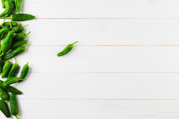 Concept de cuisine mexicaine avec des poivrons verts et surface