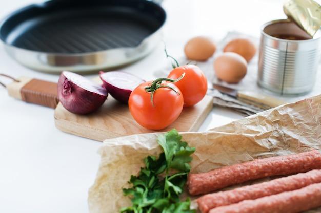 Le concept de la cuisine d'un petit-déjeuner anglais sur fond blanc