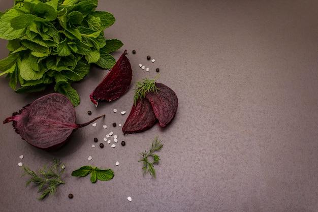 Concept de cuisson des aliments. betterave rouge, menthe fraîche, aneth, sel marin, poivre
