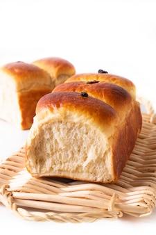 Concept de cuisson des aliments pain de mie de lait doux bio fait maison sur un plateau de pain en osier