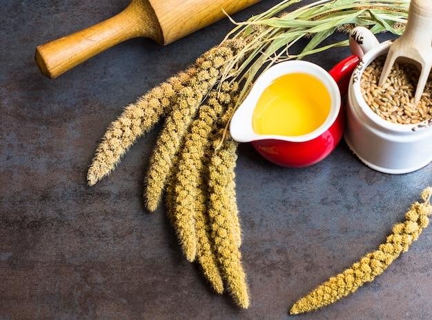 Concept de cuisson au blé, huile et farine sur fond de pierre avec espace de copie