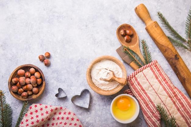 Concept de cuisson d'hiver de noël, ingrédients pour faire des cookies, cuisson, tartes
